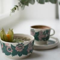 Apaja-sarjan vihreä-roosa kahvikuppi, pullalautanen ja myslikulho